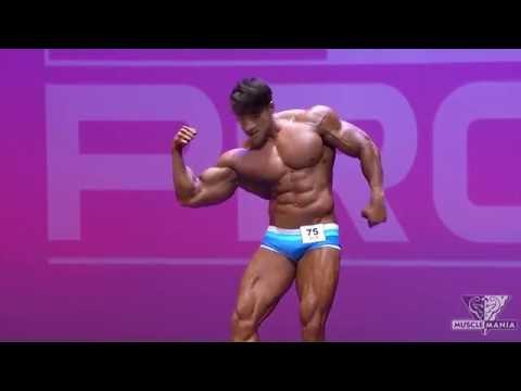 這位韓國猛男一開始很認真在展示超強大肌肉,沒想到1分鐘後他突然的「舞棍模式」讓全場都開心翻了!