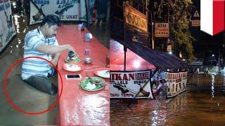 Video Foto pria makan di tengah banjir dan para jomblo saat valentine - Kompilasi TomoNews Minggu Ini MP3, 3GP, MP4, WEBM, AVI, FLV Februari 2019