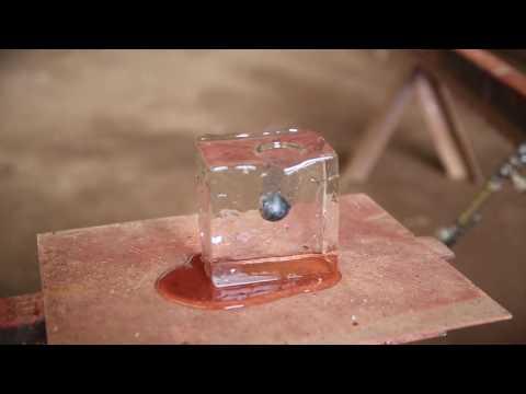把小鐵球「燒熱到1600度然後放到冰塊」上,接下來鏡頭拍到的畫面讓所有人都一直重播看!