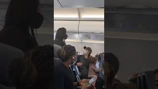 Rodzina wyrzucona z samolotu, ponieważ ich 2 letnie dziecko nie miało maseczki podczas jedzenia
