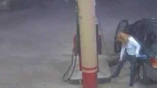 Вижте какво направи тази мацка на бензиностанция!