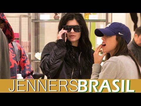19.12 - Kylie Jenner no shopping Topanga Mall em Los  Angeles, CA