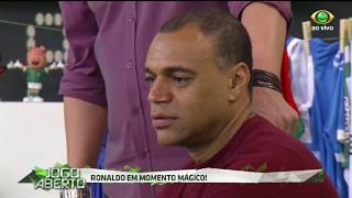 Entusiasmado com a vitória do Timão por 2 a 0 sobre Palmeiras, Ronaldo brinca com Denílson, que não se conforma que foi...