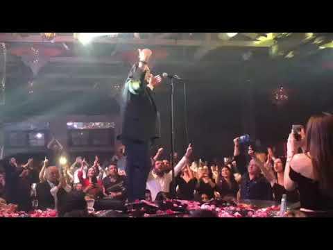 "Video - Ο Βασίλης Καρράς τραγουδά το ""Μακεδονία Ξακουστή"" στην πίστα και... αποθεώνεται"