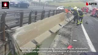 Eliminación de elementos inestables tras accidente de vehículo pesado por Bomberos Castro Urdiales