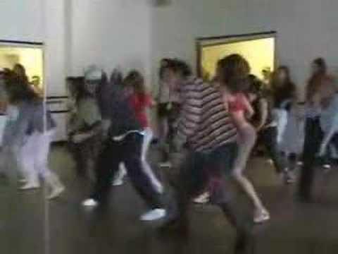 Kevin Maher показывает танец под Technologic