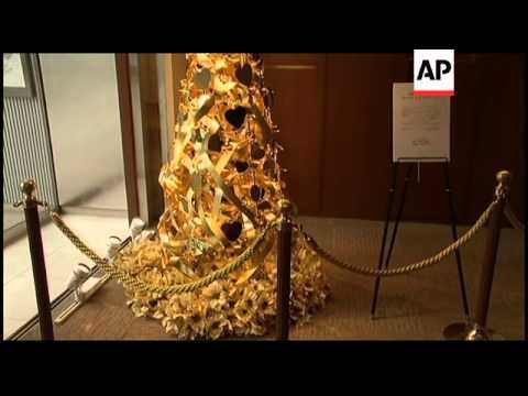 Jewelry store unveils a golden Christmas tree worth 150 million yen