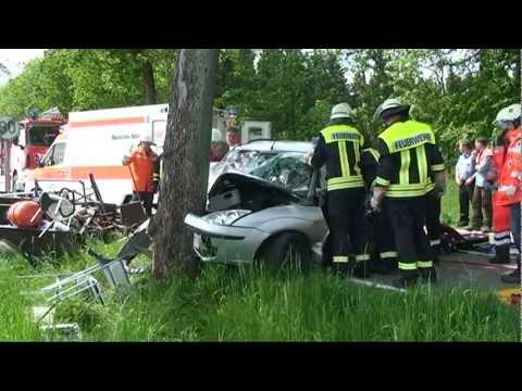 Rhadern: Auto rammt Baum, zwei Eingeklemmte