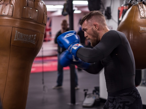 Conor McGregor Working the Bag in Cali #TheMacLife (видео)