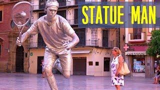 Серебряная живая статуя на улице города Малага, Испания