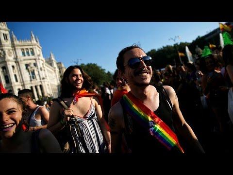 Πλήθος κόσμου στα Gay Pride σε Μαδρίτη και Παρίσι