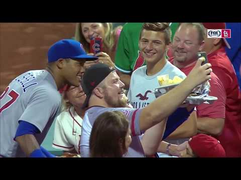 Бейсболист опрокинул начос болельщика и принёс ему новую порцию