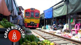 Самый опасный рынок Таиланда: интересно, а в этом поезде биотуалеты?