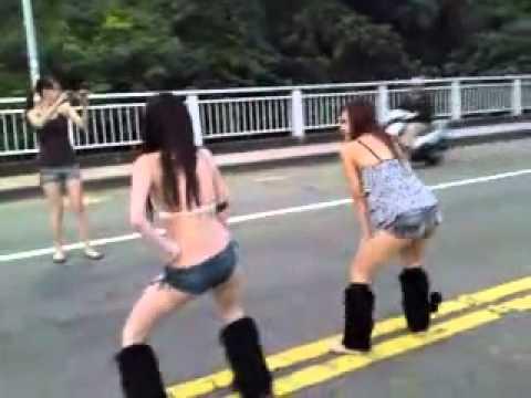 一群女生公然在馬路上跳舞,難道是因為酒店沒開嗎?