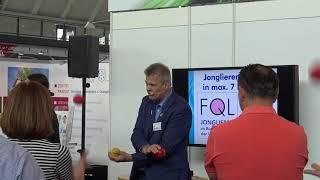 Messebesucher lernen in 7 Minuten jonglieren mit 3 Bällen