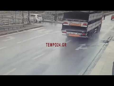 "Video - Πάτρα - Σοκαριστικό βίντεο: Δικυκλιστής ""καρφώθηκε"" στο πίσω μέρος νταλίκας"