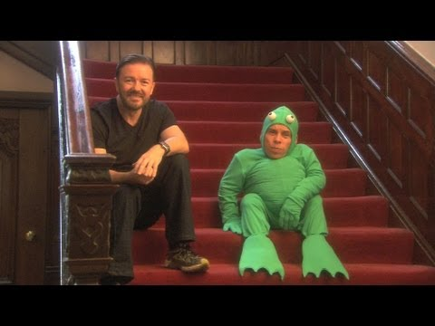 Ricky Gervais can't handle Warwick Davis in a frog costume