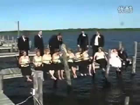 在湖邊拍婚禮合照時橋突然垮掉,全部都掉入水中了!