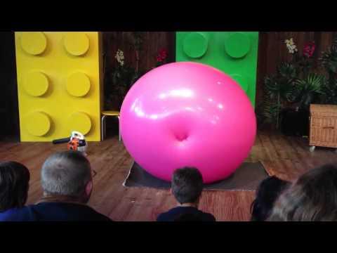 Tobi van Deisner kimaxolta, amit egy rózsaszín labdával csinálni lehet...