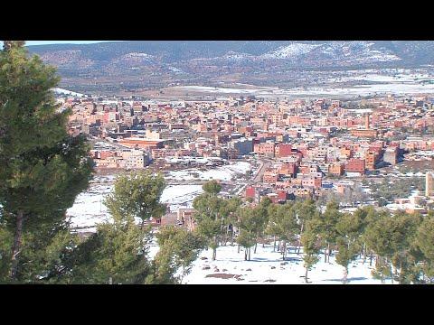 أزيلال: بعد أعالي الجبال، الثلوج ترخي رداءها الأبيض الساحر على وسط المدينة