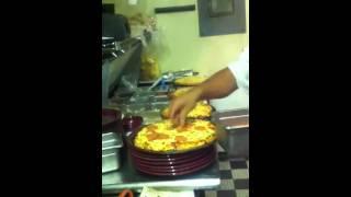 El maestro de las pizzas del restaurant{HARTS}