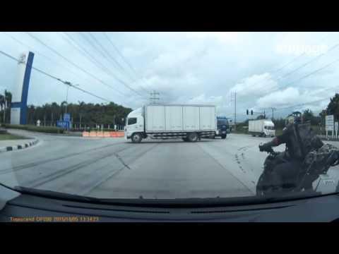 il camion sta per attraversare l'incrocio:quello che accade è da brividi