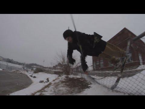 Framåtvolt över ett staket på skidor