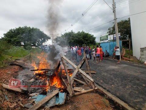 Trabalhadores fazem protesto em canteiro de obras
