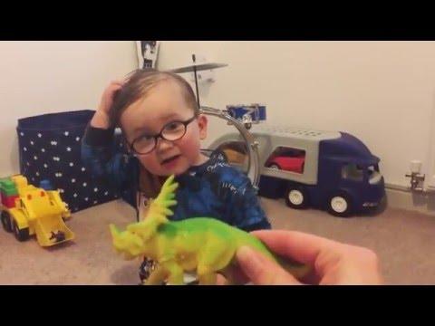 Söpöliini Noel tietää jo dinosaurukset vaikka ikää on vasta 2v