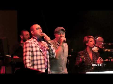 Elio e Davide Van De Sfroos cantano insieme