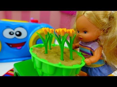 Куклы и развивающее видео для девочек: Штеффи выращивает цветы. Играем в Мамы и дочки (видео)