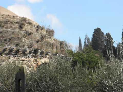 l'anfiteatro, le terme e il tempio della tosse