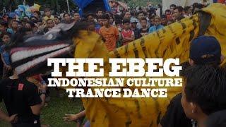 Kuda Lumping is a traditional (trance) dance from Java. Some people trance and dance with gamelan music.Merupakan kesenian dari Jawa, ada beberapa nama yang berbeda seperti Ebeg, Kuda Lumping, Jatilan, Barongan, Kuda Kepang.Saking penasarannya saya saat lewat sebuah lapangan akhirnya saya coba lihat sambil merekamnya.Tapi percaya gak percaya, kalo dikasih ular Anaconda pada lari apa enggak... he he he