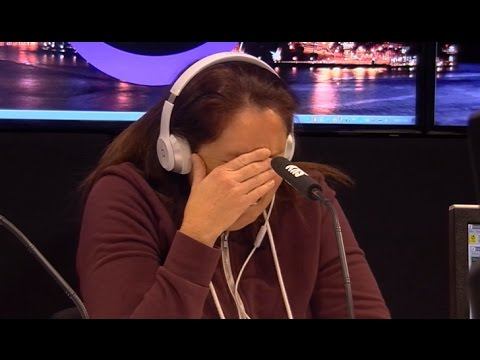 窮媽媽被逼選擇「收下5000美金或送給有需要的人」,幾分鐘後她身邊出現的人讓大家都淚崩了…
