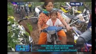 Video On The Spot - Fenomena Menggemaskan Ibu Ibu Naik Motor (The Power Of Emak-Emak) MP3, 3GP, MP4, WEBM, AVI, FLV Oktober 2017