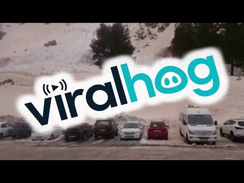 Lumivyöry saapuu parkkipaikalle – Melkoiset kinokset