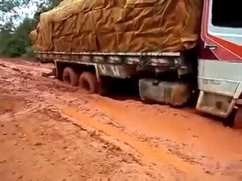 Xe tải vượt vũng lầy