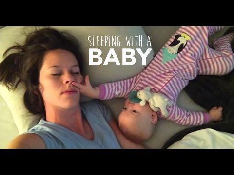 una bimba irrequieta non lascia dormire la madre