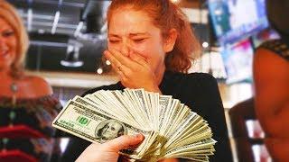 Video Un homme donne 1000€ à une serveuse, elle se met à pleurer... (•_•) MP3, 3GP, MP4, WEBM, AVI, FLV September 2017