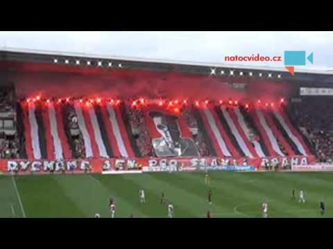 fanoušci fotbalové slavie při derby