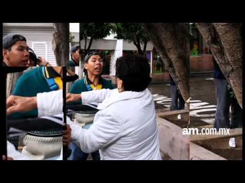 Panista agrede a joven con discapacidad a sombrillazos