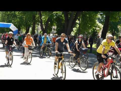 Stovky cyklistov zaplnilo novoveské námestie, aby vytvorili rekord