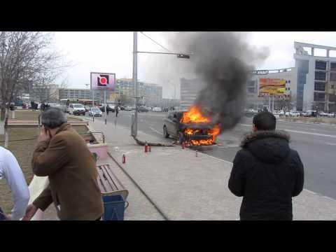 горит машина Актау  28.02.2014 - DomaVideo.Ru