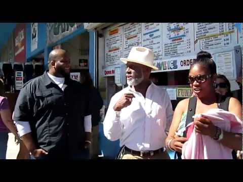 COMEDIAN MICHAEL COLYAR GREETS PEOPLE AT VENICE BEACH CALIFORNIA APRIL 30, 2011 187