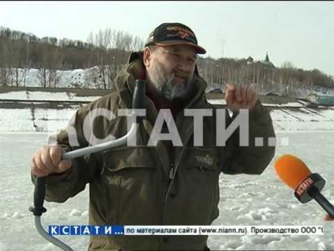 Ледяная грань между хобби и риском - тонкий весенний лед на Волге усеян рыбаками