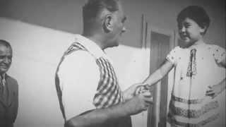 Çocuk Kulübü Atatürk Şiirleri söylemeye devam ediyor. Bu defa Mustafa Kemal'in Elleri adlı çocuk şiirimizi okuyoruz. Ülkemizi düşmanlardan kurtararak modern Türkiyeyi bize armağan eden büyük Atatürkümüze bu şiir ile anıyoruz. Hadi sende bu güzel çocuk şiirinde bize eşlik et.En güzel çocuk şarkıları, şiirler, tekerlemeler, çocuk oyunları, oyuncak oyunları için Çocuk Kulübüne linki tıklayarak abone ol : http://goo.gl/GF7hyFMUSTAFA KEMAL'İN ELLERİElleri konuşuyor Mustafa Kemal'in;Zaferi, barışı yaratmış elleri.Hürriyeti, saadeti, adaletiSevgiyle dağıtmış elleri.Elleri konuşuyor Mustafa Kemal'in,İçli, temiz, mert elleri,Bütün nimetlerini sunmuş bizeTürk sofrası gibi cömert elleri.Elleri konuşuyor Mustafa Kemal'in;Öğretmen elleri.Bir tahta başında, bir kürsüdeBize bizi öğreten elleri.Elleri konuşuyor Mustafa Kemal'in;Işık, deniz, sel elleri.Bizi her şeyden çok sevenGüzel elleri.A. Hikmet PAR