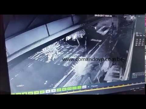 Veja momento da execução de mulher em bar