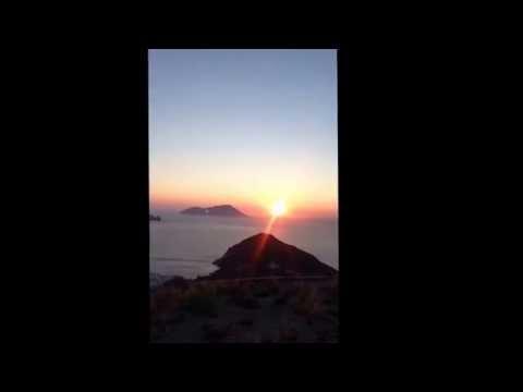 Momento de contemplação em Milos Paradise - o por do sol direto do castelo ❤️