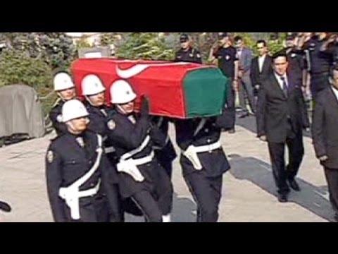 تركيا تفحص رفاة رئيسها الأسبق تورغت أوزال بعد 19 عاما - فيديو