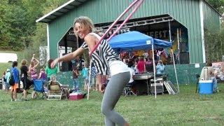 Bieu dien - Cô gái biểu diễn lắc vòng thật hấp dẫn